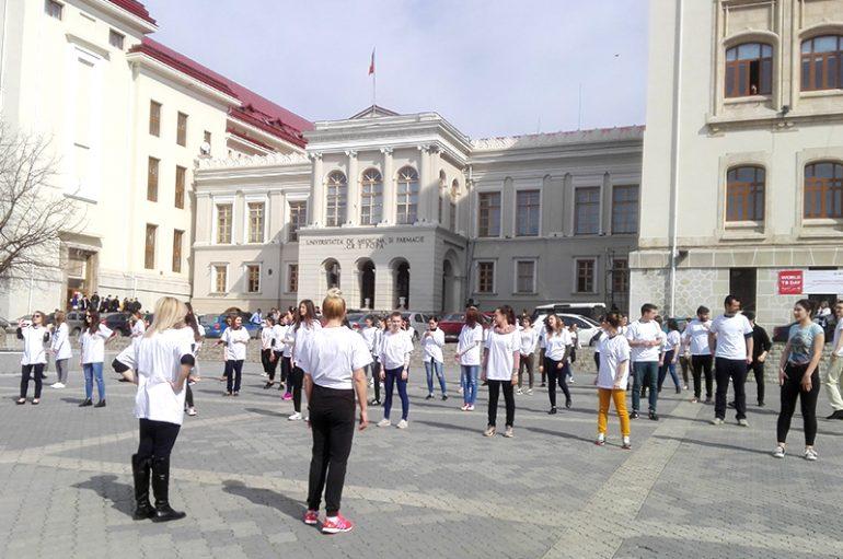 Flash-mob în fața UMF Iași, de Ziua Mondială de luptă împotrivă TBC