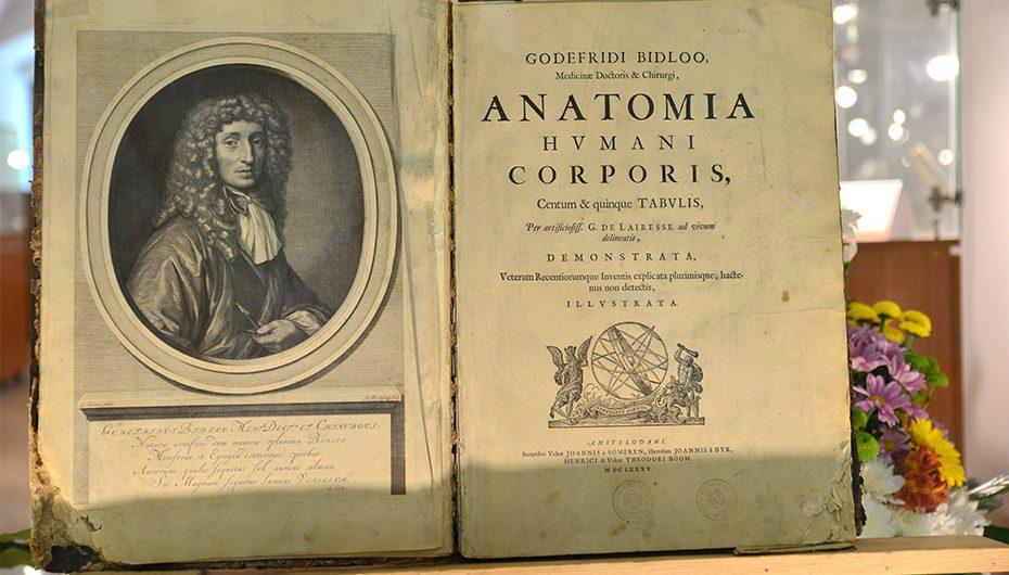 Celebrul atlas de anatomie din 1685, expus la Muzeul Centrului de Limbi Moderne și Integrare Culturală