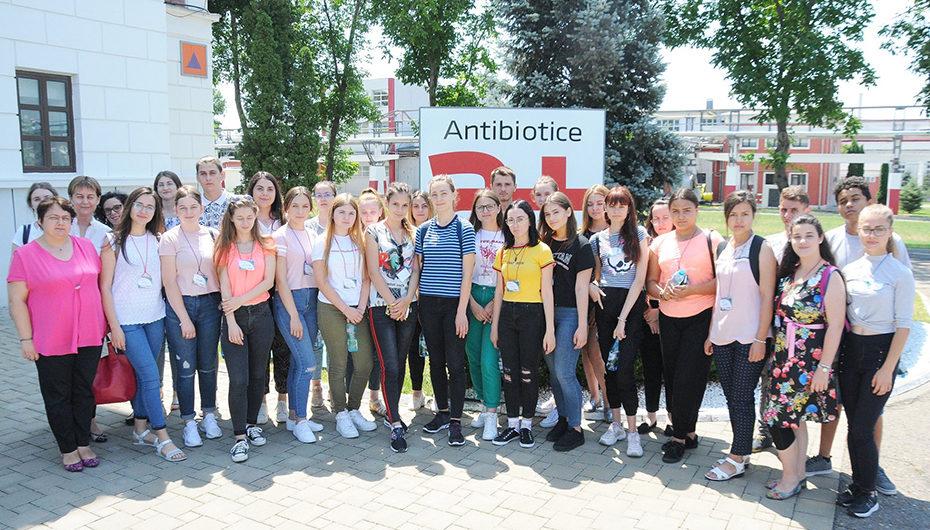 """Elevii din proiectul """"Alege să fii farmacist!"""", în vizită la Antibiotice"""