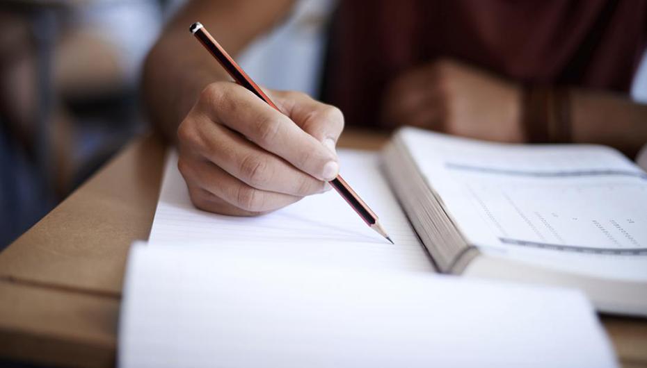 Examenul de licență: teză scrisă și prezentarea online a lucrării